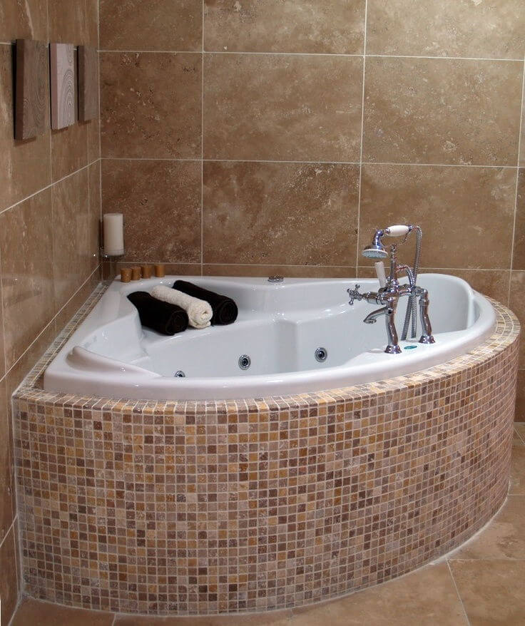 17 useful ideas for small bathrooms apartment geeks for Corner tub decorating ideas