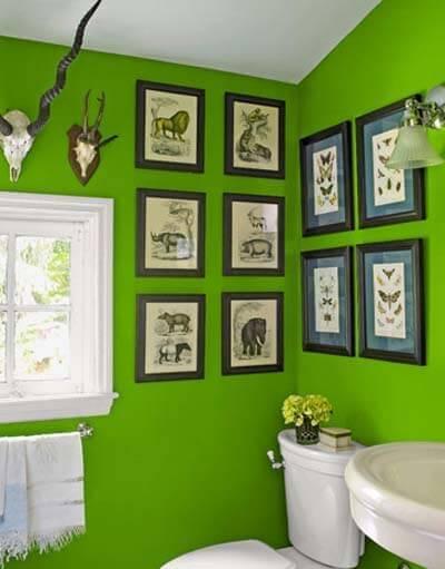 Wall Decor In a Small Bathroom